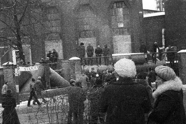"""A bánya elbarikádozott főbejárata, a kép bal szélén látszik a kifüggesztett """"sztrájk"""" felírat (Forrás: Fot. Andrzej Konarzewski/ ŚCWiS)"""