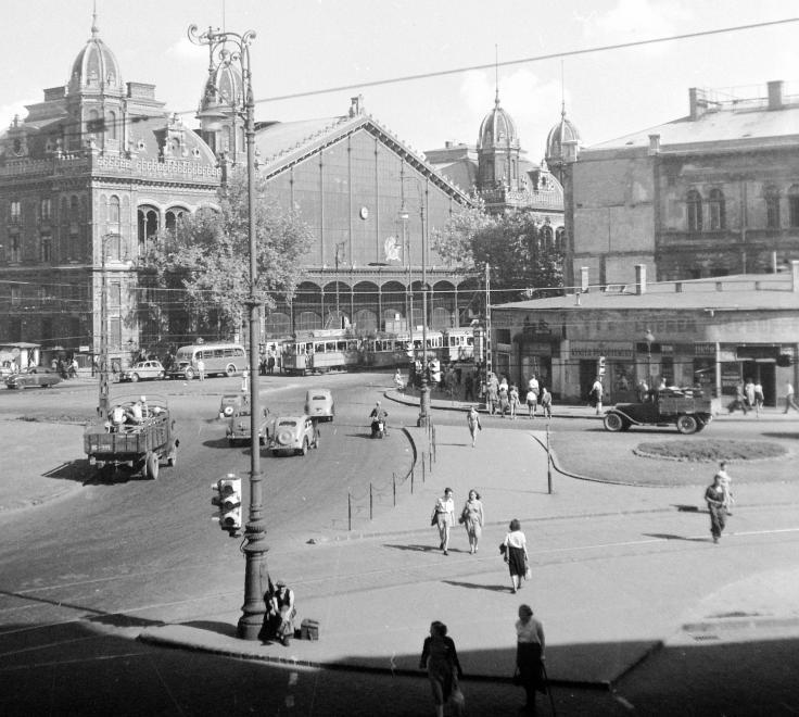 """A Nyugati pályaudvar és környéke az 1950-es évek elején, jobb oldalon az Ilkovics büfé, ahonnan az """"ellenforradalmárok"""" előtörtek Csémi Károly visszaemlékezése szerint (Fortepan 3698/UVATERV)"""