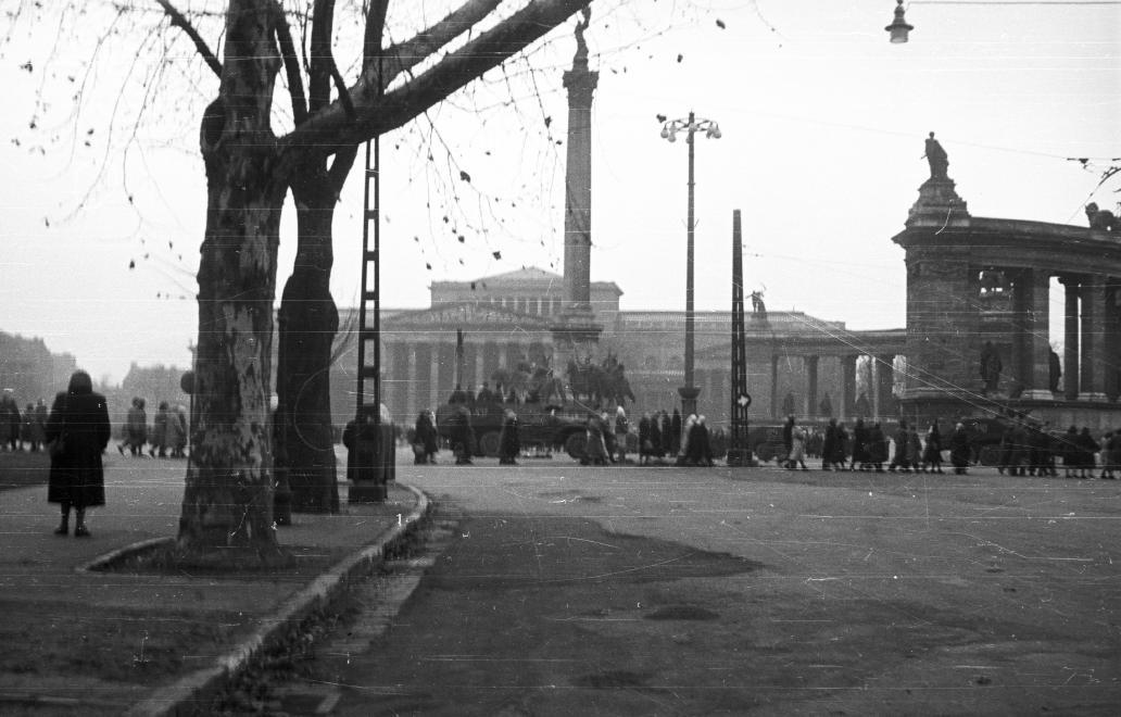 Nőtüntetés december 4-én a Hősök terén (Fortepan 39745/NAGY GYULA)