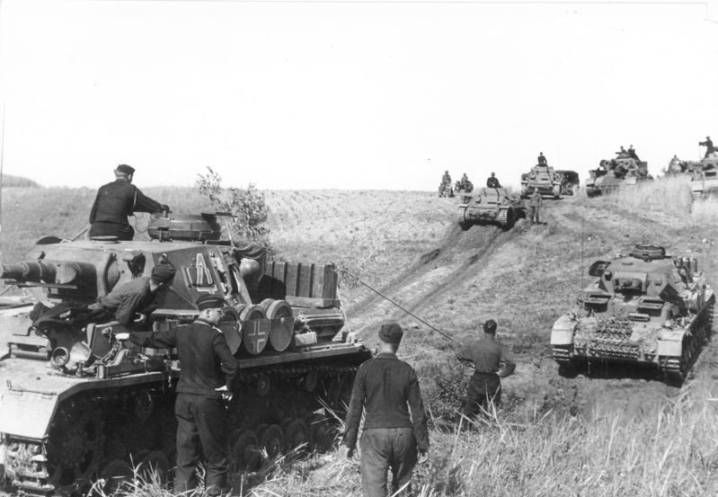 Előrenyomuló Panzer II-es és IV-es harckocsik egy német propagandafotón (Bundesarchiv Bild 101I-265-0040A-22A)