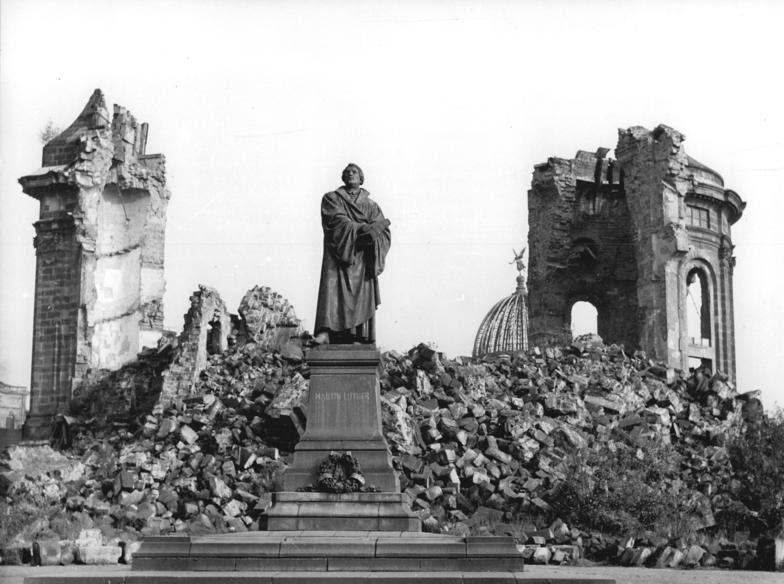 ADN-ZB-Löwe Hen-Schä Dresden nach dem britisch-amerikanischen Luftangriff am 13.-14.2.1945 Das wieder aufgestellte Lutherdenkmal und die Ruine der Frauenkirche, ein bleibendes Denkmal für die sinnlose Zerstörung der Stadt. Aufn.Nov.1958