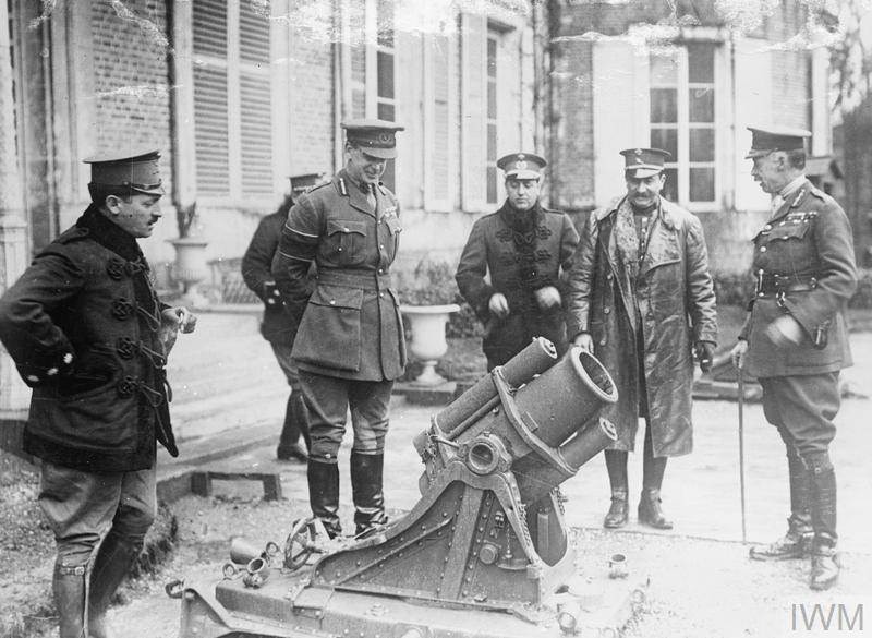 Sir Henry Rawlinson tábornok, a 2. angol hadsereg parancsnoka (a sétabotos) egy zsákmányolt német mozsárral pózol spanyol tisztek előtt 1917 áprilisában. Imperial War Museum Q 2225
