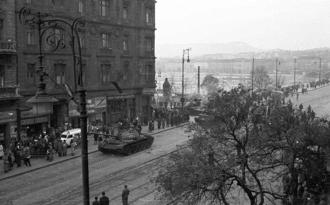 Az ideiglenes kivonulás alkalmával, 1956. október 31. NAGY GYULA/FORTEPAN
