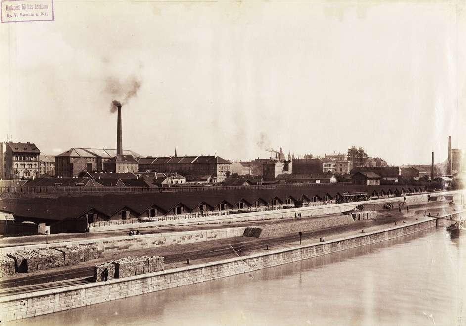 Széchenyi (Rudolf) rakpart, ideiglenes vízmű a Margit híd és a Parlament között. (1895 k.) Klösz György fényképe. Budapest Főváros Levéltára, HU.BFL.XV.19.d.1.07.061