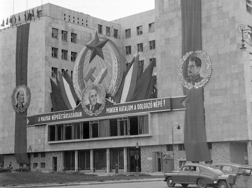 """A személyi kultusz """"kötelező"""" kellékei a """"Fehér ház"""" homlokzatán, 1951 MAGYAR RENDŐR/FORTEPAN"""