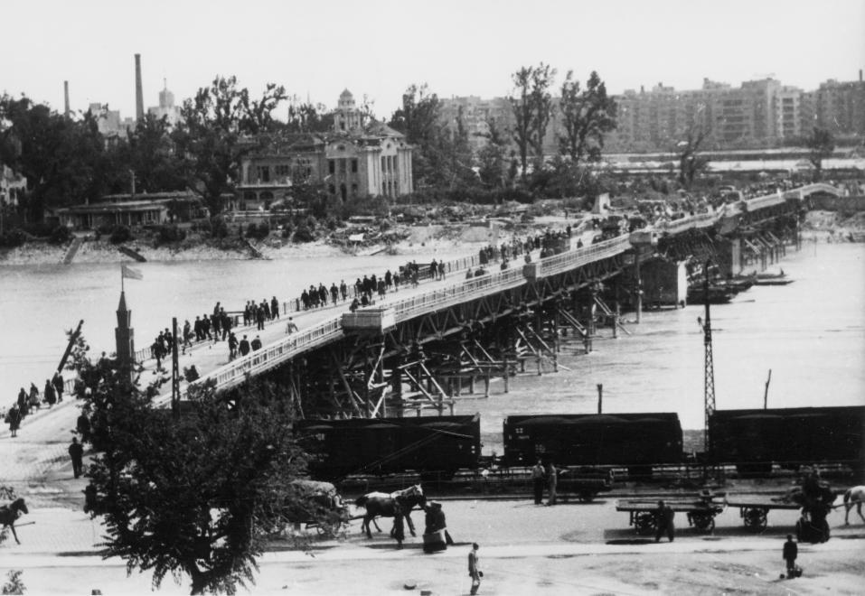 """A hídtól valamivel északabbra építették meg a """"Manci-hídat"""". A Buda felől készített képen jól látszanak a pesti oldal épületkárai. Dr. KRAMER ISTVÁN/FORTEPAN"""