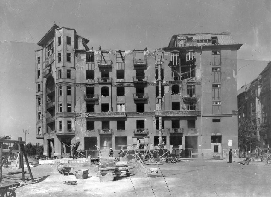 """A Balaton utca 2. szám. Az épületet a háború után markánsan átalakították, mai alakjában """"Fehér házként"""" ismerjük. (1945) FORTEPAN/FORTEPAN"""