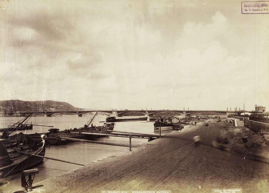 Pesti alsó (Rudolf) rakpart a Margit híd felé nézve. (1886 után) Klösz György fényképe. Budapest Főváros Levéltára, HU.BFL.XV.19.d.1.07.048