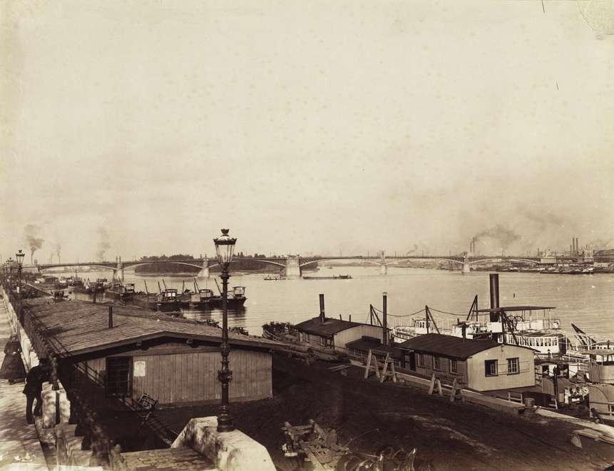 Budai alsó rakpart a Margit híd felé nézve, a háttérben a pesti hídfőnél jól kivehetőek az ipari komplexumok gyárkéményei. (1894-1900 k.) Klösz György fényképe. Budapest Főváros Levéltára, HU.BFL.XV.19.d.1.08.131