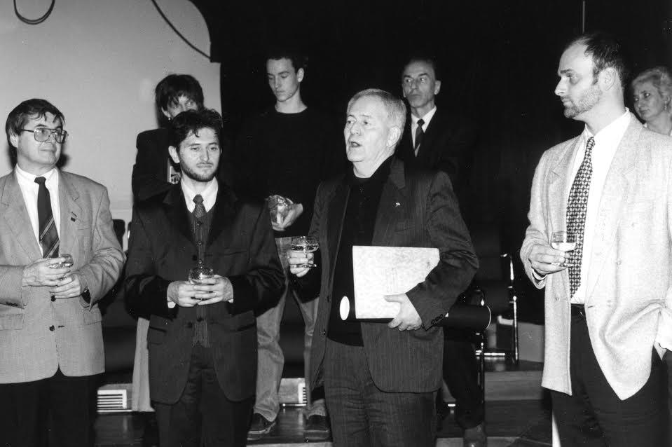 Szabó István a Tatabánya díszpolgára cím átvételekor 1998-ban. Balra Bencsik János polgármester és Szalay Gábor országgyűlési képviselő (forrás: Tatabányai Múzeum)
