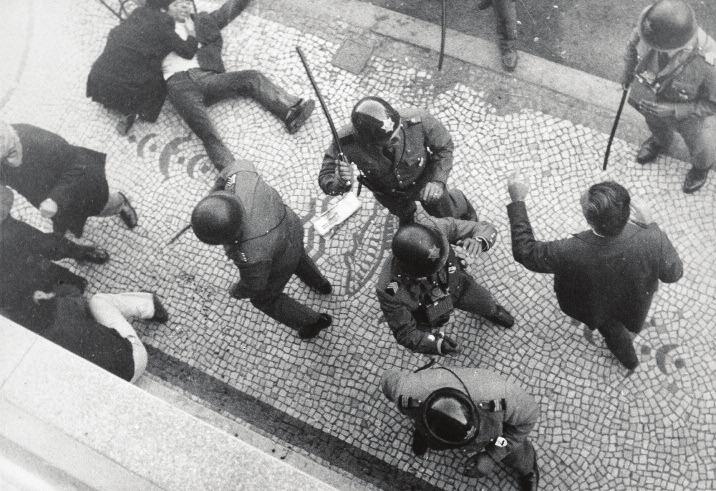 Portugál rohamrendőrök éppen egy ellenzéki tüntetést vernek szét 1973-ban Forrás: Museu do Aljube