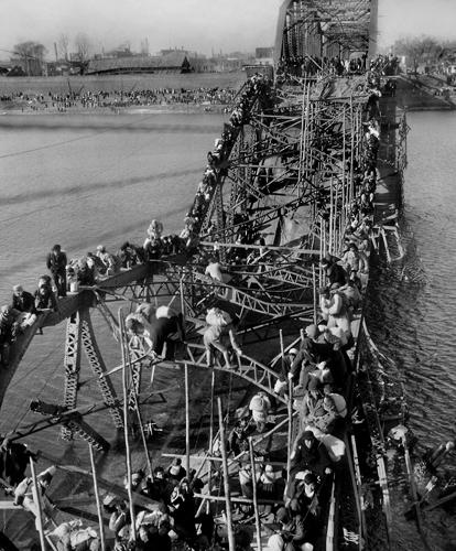 A kínai invázió elől menekülők tömegei a Tedong-folyó feletti hídon. 1950. december 4. Max Desfor (Associated Press) Pulitzer-díjas fotója. Forrás: Wikipedia