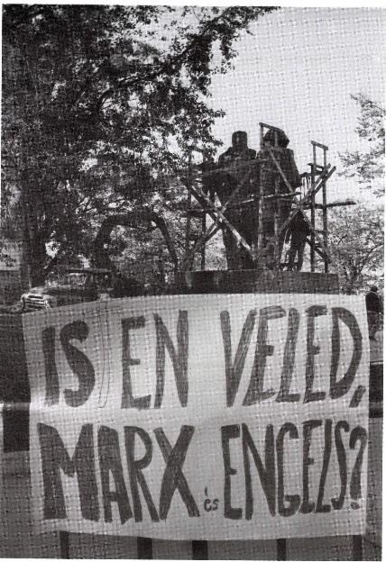 """Marx és Engels szobrának eltávolítása a rendszerváltoztatás után. Szücs György: A """"zsarnokság"""" szoborparkja. In. Budapesti Negyed 1994. 3. sz."""