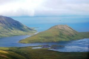 Aleut-szigeteki tájkép. Benyovszky ekkor még nem tudott elszakadni az olyan (fél)szigetektől, amiken 40 centinél magasabb vegetáció is nő