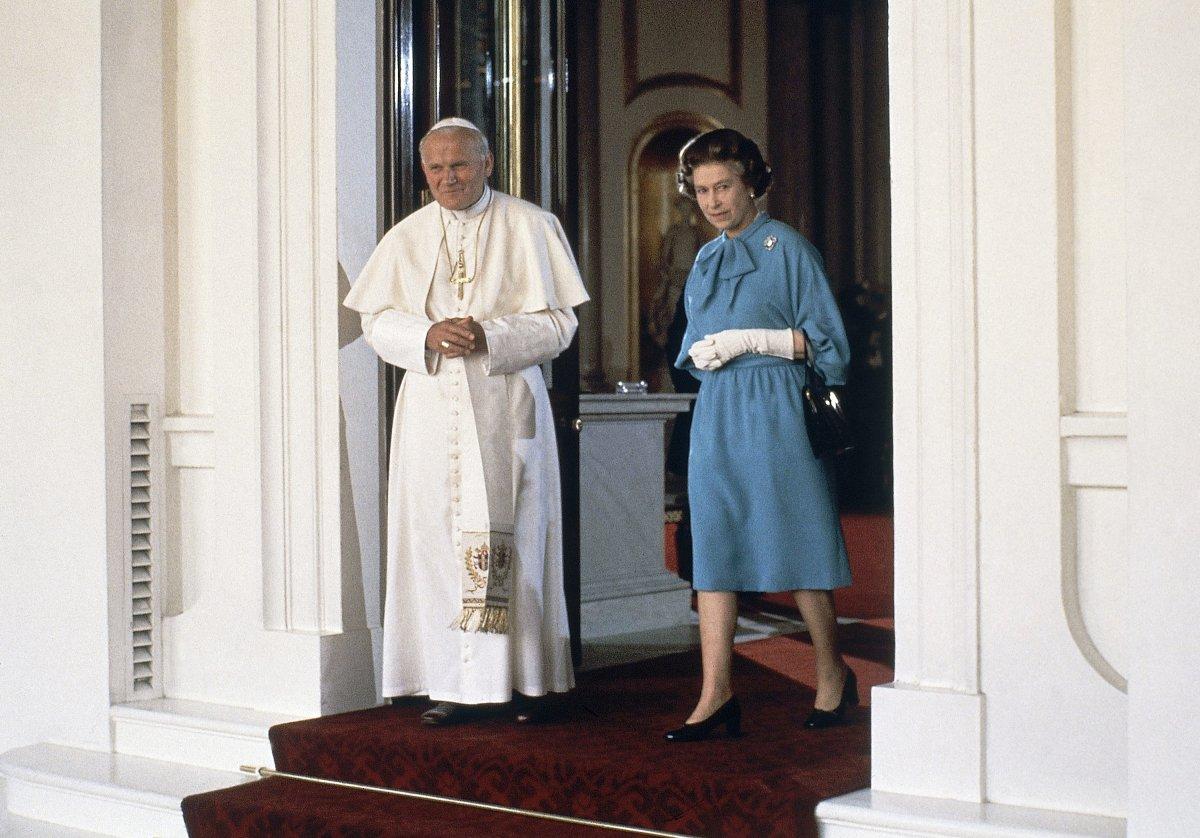 A királynő és II. János Pál pápa