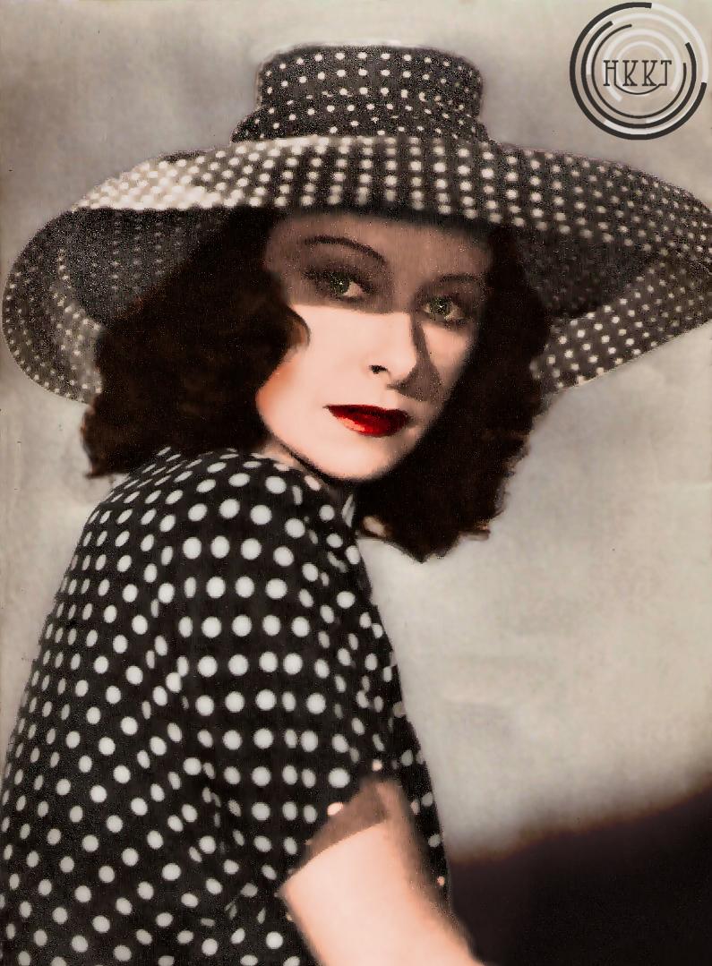 Fekete-fehér pöttyös ruhában, hozzáillő sikkes kalappal, és az elengedhetetlen vörös rúzzsal. (Rapali Vivien - HKKT)