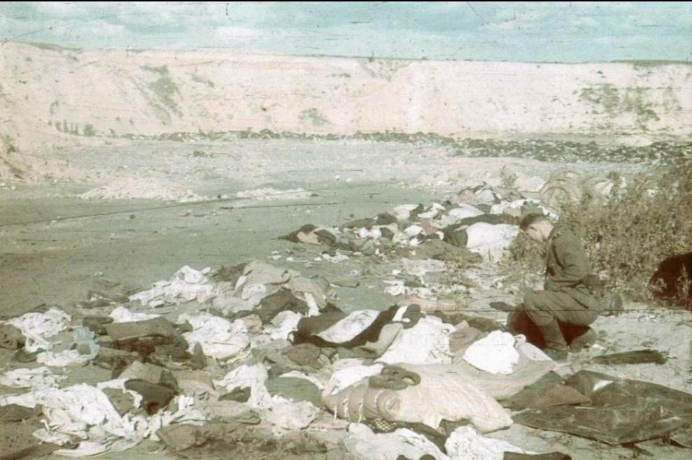 Német katona értékek után kutatnak a halottak között