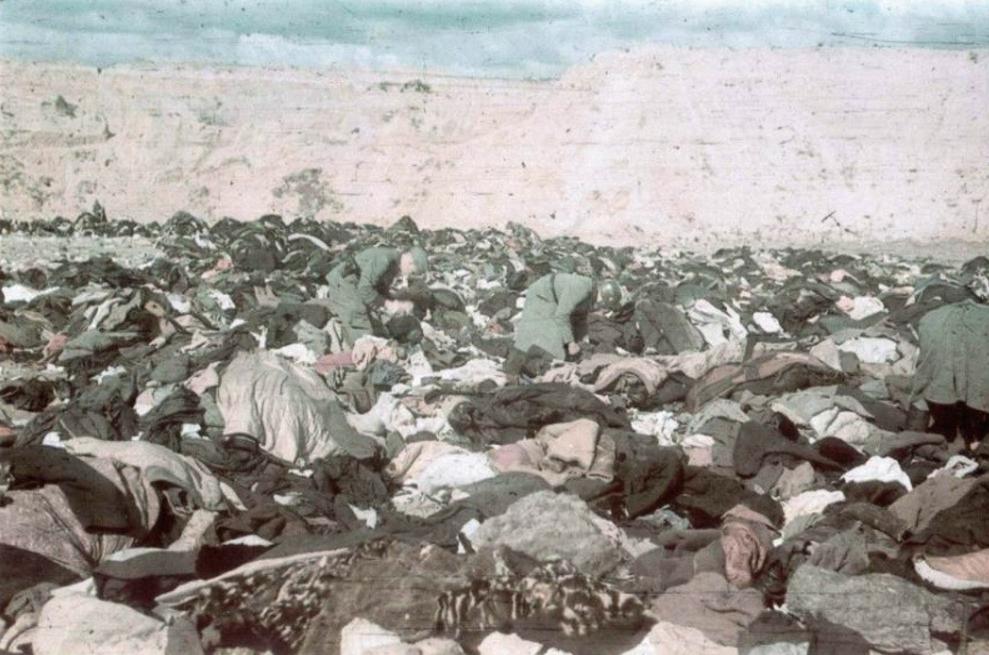 Német katonák, feltehetően katonai rendőrök értékek után kutatnak a halottak között