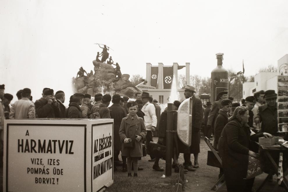 A vásár közönsége, háttérben a Német Birodalom, jobbra pedig a Szovjetunió pavilonjai. FORTEPAN/FORTEPAN