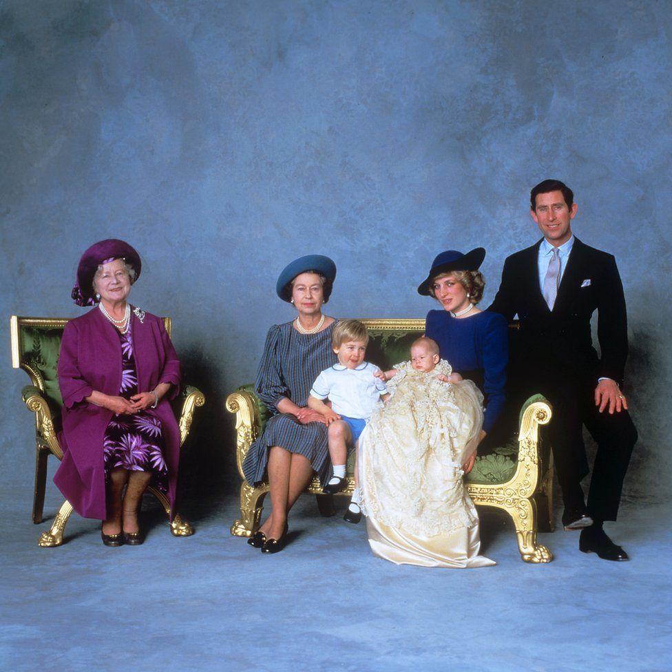 Az anyakirályné, II. Erzsébet királynő, William herceg, Harry herceg és Diána walesi hercegné a keresztelői ceremónia után.