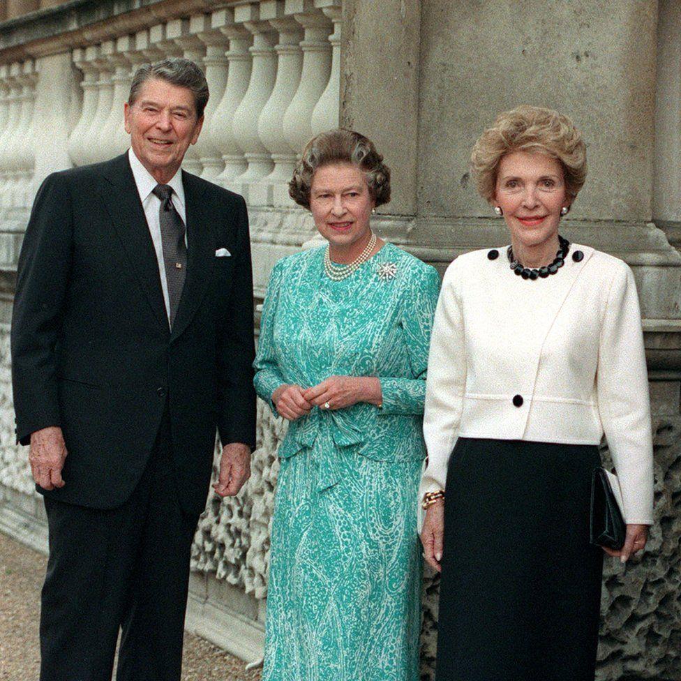 Az Egyesült Államok elnökével Ronald Reagannel és feleségével Nancyvel Buckingham Palotában, London.