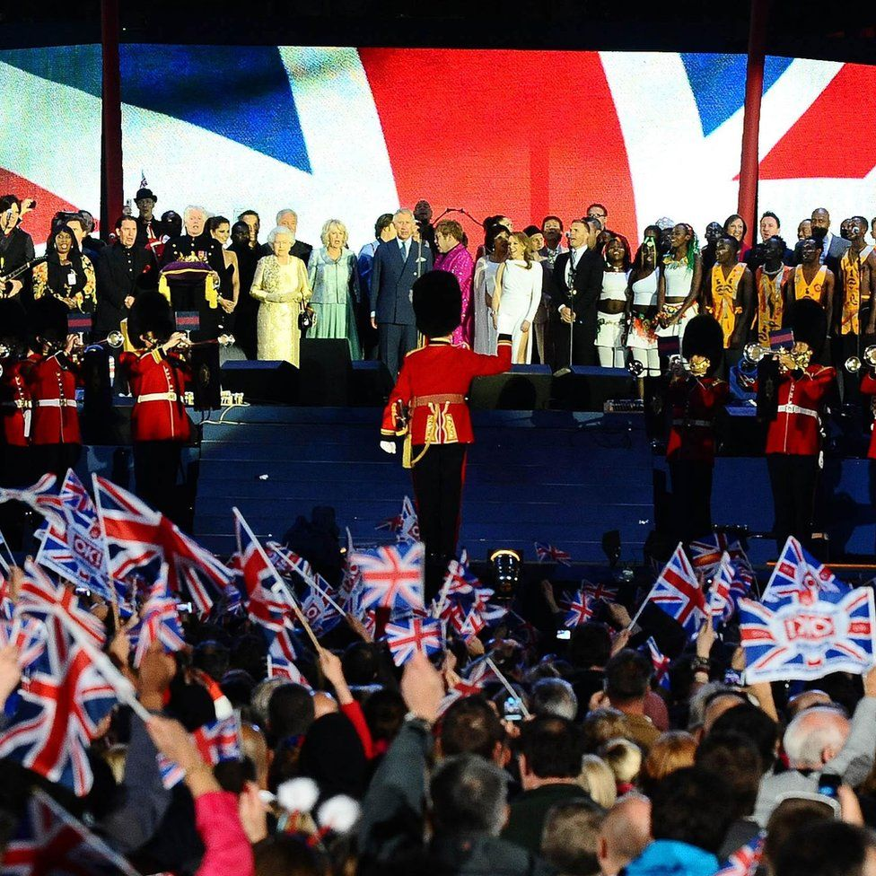 Egy színpadonon, a Buckingham-palotán kívül, Charles, Camilla és számos popsztár jelenlétében, a gyémánt jubileumi koncerten, 60 éves uralkodásának alkalmával, 2012-ben.