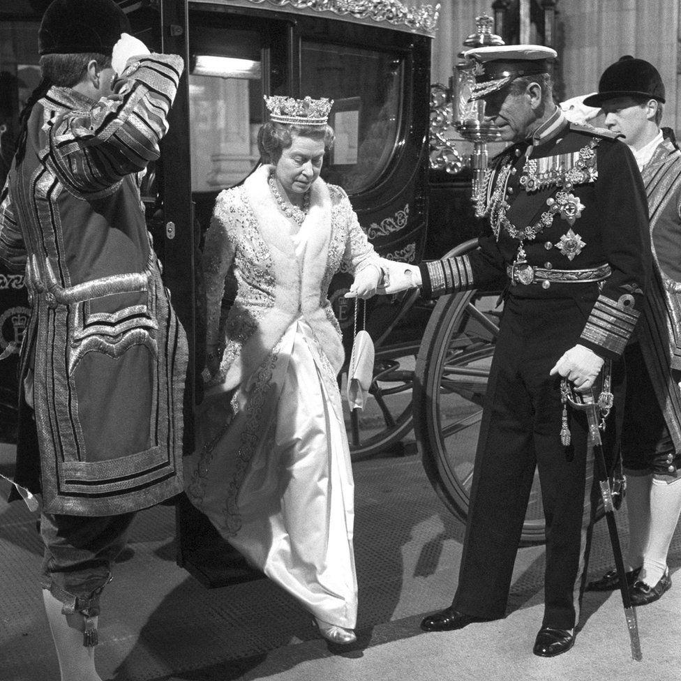 Fülöp herceg segít a hintóból kilépő királynőnek, 1988-ban.