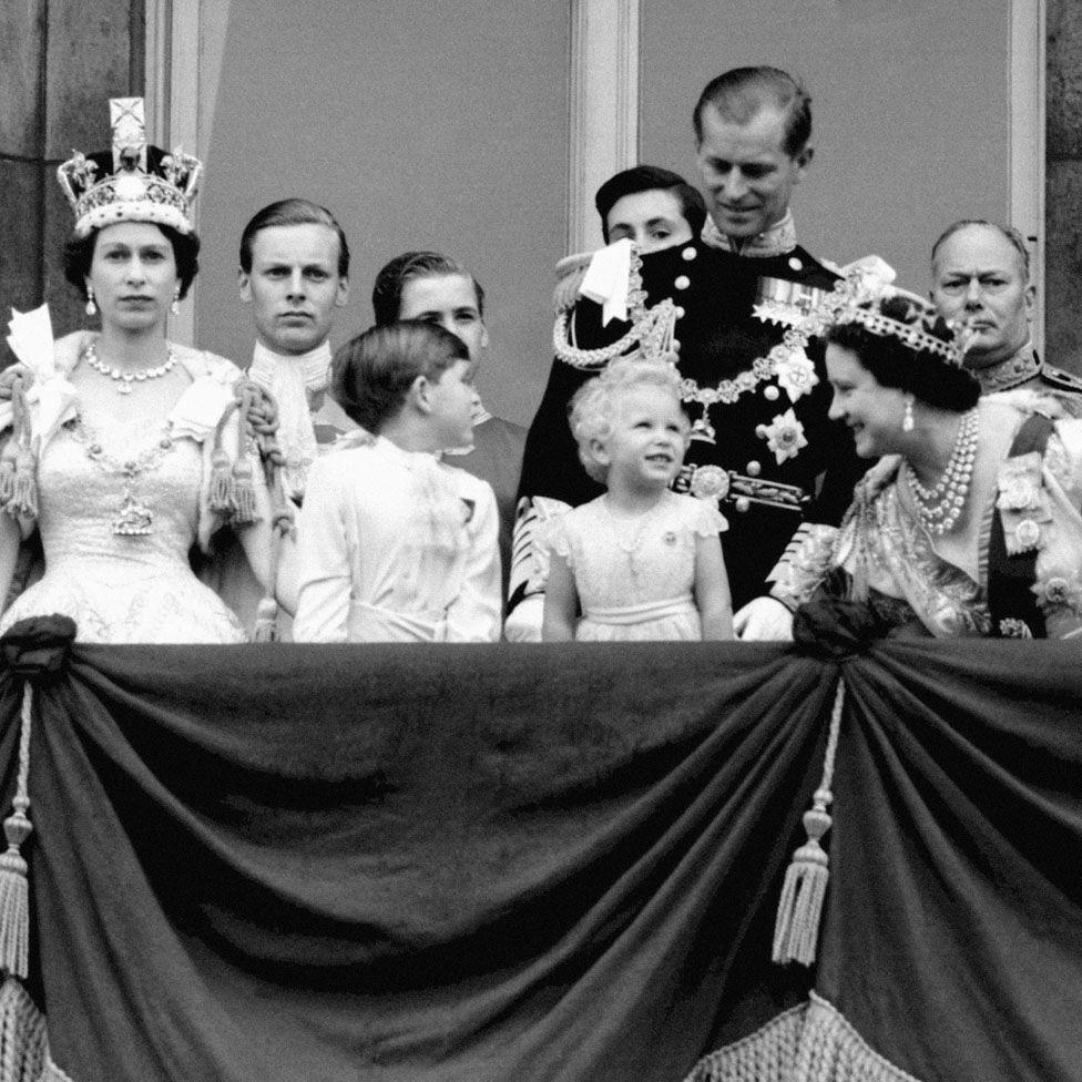 Ezen az 1953-ban készült felvétele a koronázási ceremónia közben látható, melyet a televízió is közvetített. Sokan csak akkor látták először a királynőt, ahogy éppen esküt tesz.