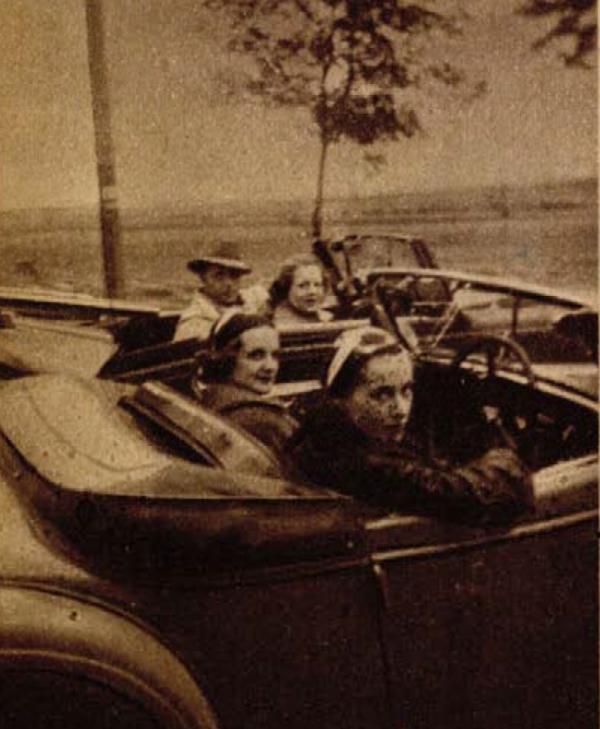 Muráti Lili, Tolnay Klári, Erdélyi Mici és Ráday Imre egy balatoni kiruccanás alkalmával 1936-ban. (Színházi Élet 1936/26. sz. 33.)