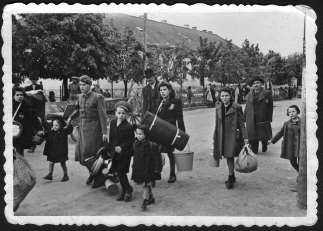 Deportáltak útban az ideiglenes gyűjtőhelyre, legtöbbjüket ez után Auschwitzba szállították. Jad Vasem Múzeum, 3132/1