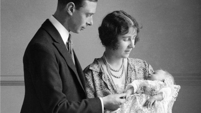 Albert György yorki herceg, a későbbi VI. György brit király és Elizabeth Bowes-Lyon tartják kezükben lányukat, 1926. május 1-én.