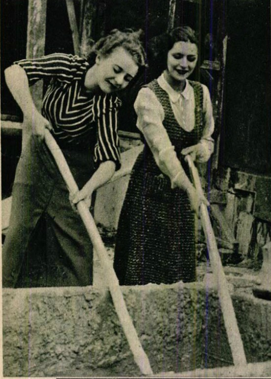 Komár Júlia és Ákos Erzsi maltert kever (Színházi Élet, 1933 23. sz.)