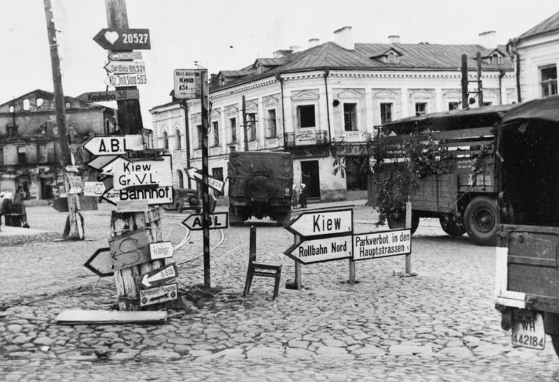 Német útjelzőtáblák Harkovban, 1941 októberében. Imperial War Museum, HU 5035