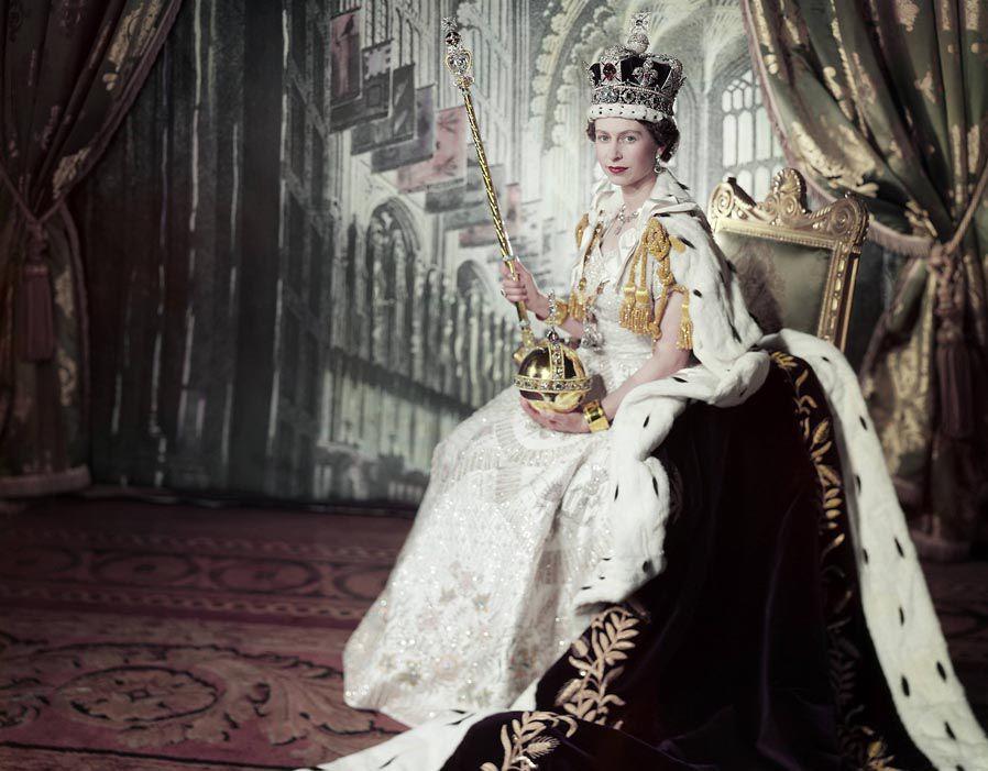 A fiatal királynő a koronázási ékszerekkel.
