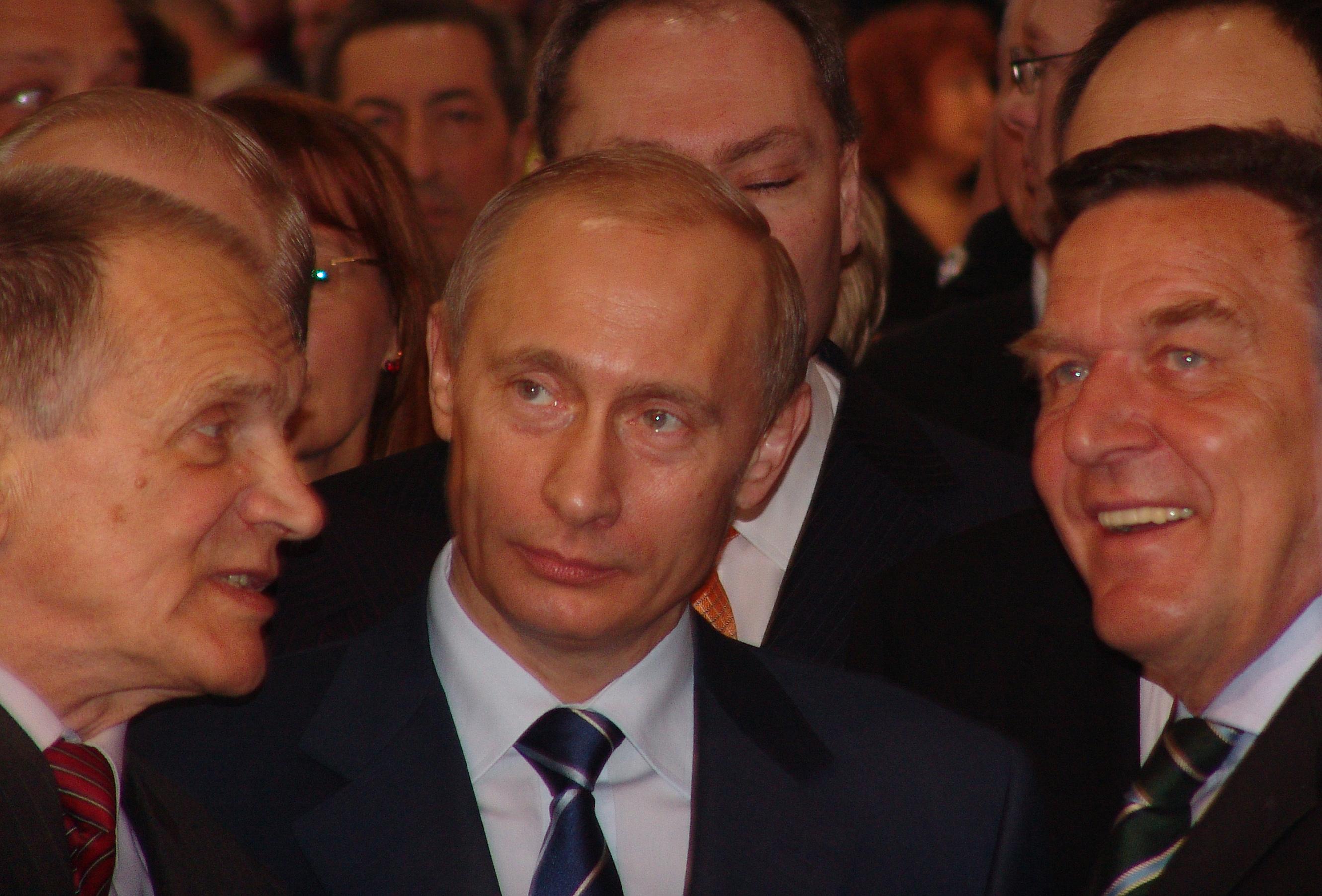 Schröder Putyin társaságában 2005. április 11-én. Wikipedia Commons