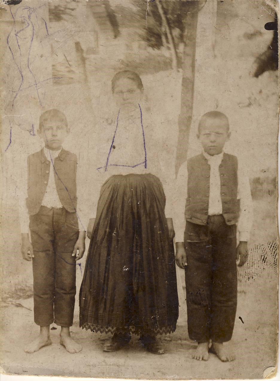 Szegényparaszti család gyermekei 1905-10 körül. Pánd, Pest megye. A kép jobb szélén anyai nagyapám, Bódi József valamint nővére Julianna és öccse, László látható. (családi archívum)
