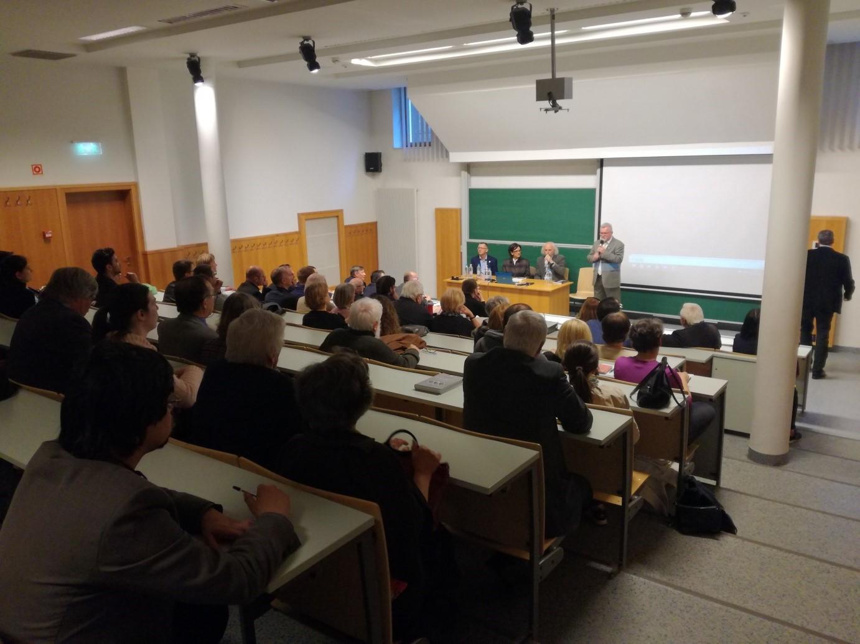Dr. Borsodi Csaba köszönti a vendégeket (balról jobbra: Dr. Pap Norbert, a PTE TTK tanszékvezető docense, a kutatás társvezetője; Dr. Oborni Teréz, az MTA BTK tudományos főmunkatársa; Prof. Dr. Fodor Pál, az MTA BTK főigazgatója; Dr. Borsodi Csaba, az ELTE BTK intézetigazgatója)