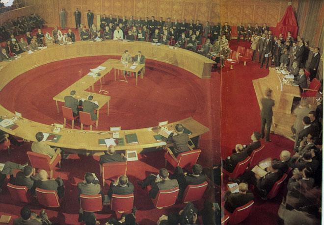 Színes kép az 1964-es kairói konferenciáról. Az Arab Liga csúcstalálkozó egyetlen komolyabb eredménye a Palesztin Felszabadítási Szervezetet (PFSZ) felállítása volt, amely nyíltan harcba bocsátkozik majd Izrael ellen. Ám az arab országok hamarosan összevitatkoztak azon, hogy ki legyen a PFSZ legfőbb támogatója vagy kinek politikájához igazodjanak. Kép forrása: Link.