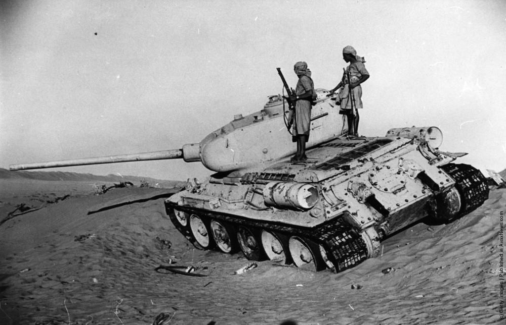 """Egy elakadt T-34/85 harckocsi a jemeni hegyekben. Az egyiptomi hadvezetés kezdetben egyáltalán nem tanulmányozta a topográfiai térképeket és többször """"tankokkal akartak felmenni a hegyre"""". Ennek meg is volt az eredménye.. Kép forrása: Link"""