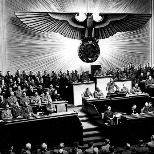Illik Péter: Miért jobb 13 diktátor, mint egy? Recenzió Hahner Péter 13 diktátor. Fejezetek a forradalmak történtéből című kötetéről