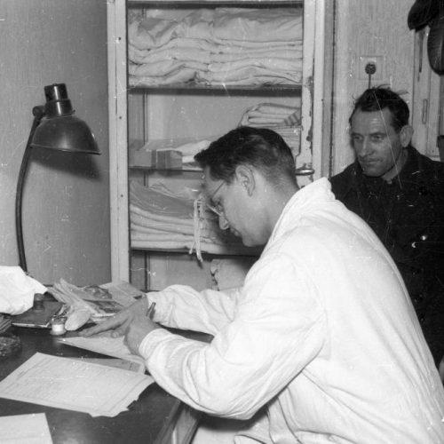 Szerszámkészítő orvosi köpenyben