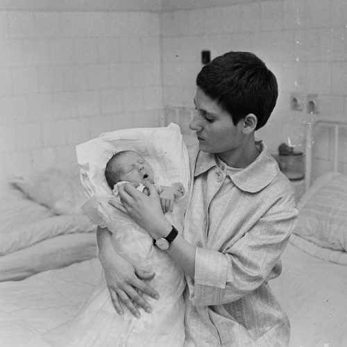 Rendszerváltás a szülészeteken: a rooming-in rendszer elterjedése Magyarországon