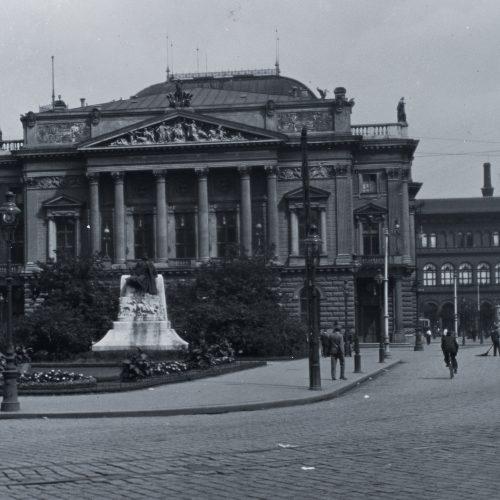 Tinódi Lantos Sebestyén budapesti szobra